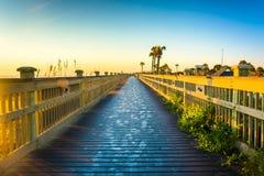 Boardwalk przy plażą w palmy wybrzeżu, Floryda Obrazy Royalty Free