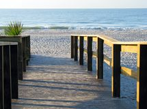 Boardwalk som för för att sätta på land Royaltyfria Foton