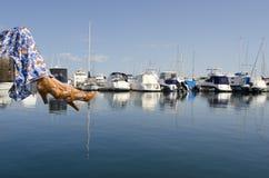 boardwalk wiszący nóg marina nad s kobietami Fotografia Royalty Free