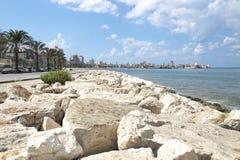 Boardwark entlang der Küste des Reifens mit der alten Stadt und dem Hafen im Hintergrund, Reifen, sauer, der Libanon stockfotografie