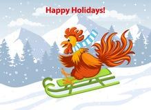 Boas festas, Feliz Natal e cartão 2017 do ano novo feliz com o galo engraçado bonito no trenó em montanhas da neve Fotografia de Stock Royalty Free