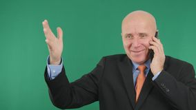 Boas notícias financeiras do telefone seguro de Image Talking Cell do homem de negócios que gesticulam o Hap imagens de stock