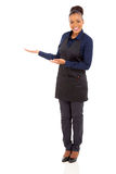 Boas vindas africanas da empregada de mesa Imagens de Stock
