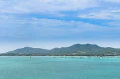 Boat in a bay with green sea and blue sky (at chalong bay, phuke Royalty Free Stock Photos