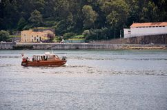 Boat crossing the Douro river Royalty Free Stock Photos