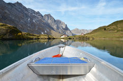 Boat cruising a mountain lake Royalty Free Stock Photos