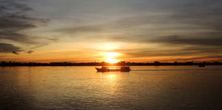 Boat cruising at sunset Royalty Free Stock Photography