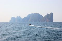 Boat with Picturesque rocks in Railay bay, Krabi Stock Photography