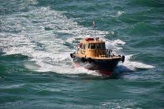 Boat pilote guidant un bateau de croisière photos stock