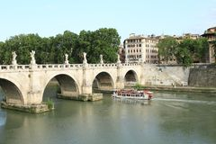 Boat sailing under Ponte Sant´Angelo Royalty Free Stock Images