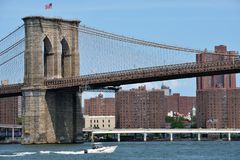 Boat under Brooklyn Bridge Stock Images