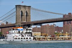 Boat under Brooklyn Bridge Royalty Free Stock Photography