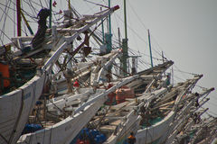 Boat and workers of the Sunda Kelapa harbour Jakarta, Indonesia Royalty Free Stock Photos