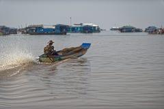 Boater στον ποταμό στο σφρίγος Tonle, Καμπότζη Στοκ Φωτογραφίες