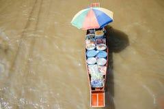 Boath用在浮动市场上的食物在曼谷,泰国附近的Damnoen Saduak 库存图片