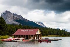 Boathouse και canoers στη φυσική λίμνη Maligne στο εθνικό πάρκο ιασπίδων, Καναδάς στοκ εικόνες