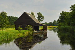 Boathouse κατά μήκος της πλευράς νερού Στοκ εικόνες με δικαίωμα ελεύθερης χρήσης