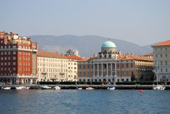 Boathouse με μερικά βάρκες και κτήρια στο κέντρο της Τεργέστης σε Friuli Venezia Giulia (Ιταλία) Στοκ Φωτογραφίες