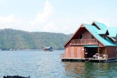 ฺBoathouse, balsa del flotador rio abajo en el río Imagenes de archivo