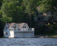 Boathouse de lujo con los cuartos vivos fotografía de archivo