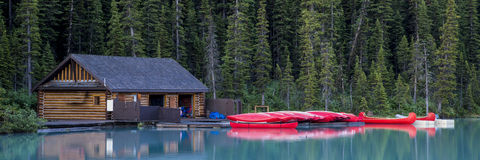 Boathouse e canoas, parque nacional de Banff Fotografia de Stock Royalty Free