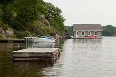 Boathouse en una orilla rocosa fotografía de archivo libre de regalías