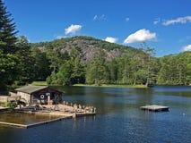 Boathouse i pikowanie Dokujemy na halnym jeziorze w Pólnocna Karolina Obraz Royalty Free