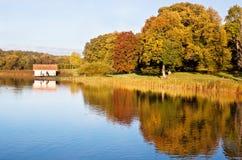 Boathouse im Herbst. Stockfoto