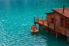 Boathouse przy Jeziornym Braies w dolomit górach Zdjęcie Stock
