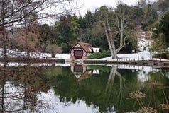 Boathouse sur le fleuve la Tamise en Angleterre en hiver Photographie stock libre de droits