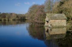 Boathouse sur un lac Images libres de droits