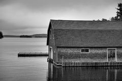 Boathouse sur un lac Photographie stock libre de droits