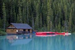 Boathouse y canoas, parque nacional de Banff imagenes de archivo