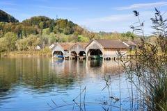 Boathouses i płocha przy jeziornym Kochelsee Zdjęcie Royalty Free