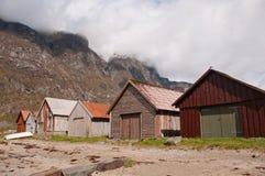 Boathouses przy fjord suną i chmury Obraz Royalty Free