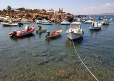 Boatin da pesca Moored a baía do mar Mediterrâneo na ilha de Tabarca fotografia de stock royalty free