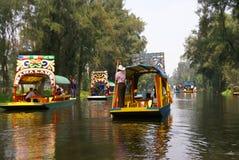 Boatman die helder gekleurde boot poling Royalty-vrije Stock Foto