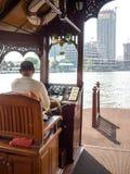 Boatman dreef een boot over de rivier in het kapitaal Stock Fotografie