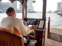 Boatman dreef een boot over de rivier in het kapitaal Stock Foto's