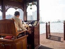 Boatman dreef een boot over de rivier in het kapitaal Royalty-vrije Stock Foto
