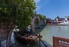 Boatman vervoerden Chinese toeristengondel onder Fangsheng-brug op kanaal stock afbeeldingen