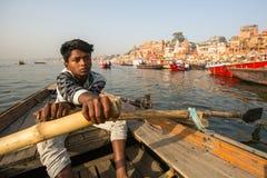 Boatmen op een boot glijdt door water op de rivier van Ganges langs kust van Varanasi Royalty-vrije Stock Afbeeldingen