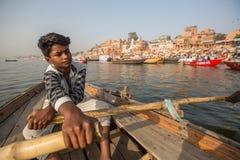 Boatmen op een boot glijdt door water op de rivier van Ganges langs kust van Varanasi Stock Fotografie