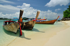 Boats on beautiful beach at Phi Phi island Royalty Free Stock Photos
