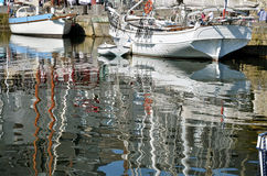 Boats and big reflections in the sea of Honfleur i Stock Photos