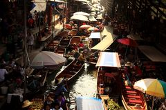 Boats ferry people at Damnoen Saduak floating market Stock Photography