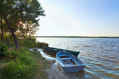 Boats near the summer lake shore Royalty Free Stock Photos