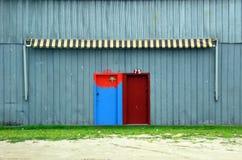 Boatshed dörrar och markis Arkivfoton