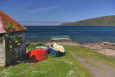 Boatshed on the seashore Applecross, Wester Ross, Schottland. Boatshed on the seashore with beached fishing boats, Applecross, Wester Ross, Schottland stock photography