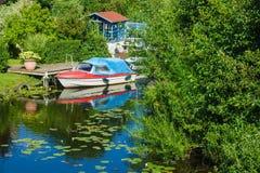 Boatshouse en el río Warnow en Rostock Fotografía de archivo